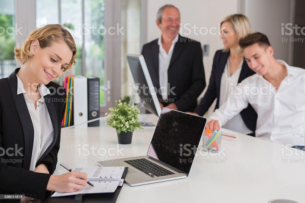 Retrato de una empresaria usando la computadora portátil en la oficina foto de stock libre de derechos