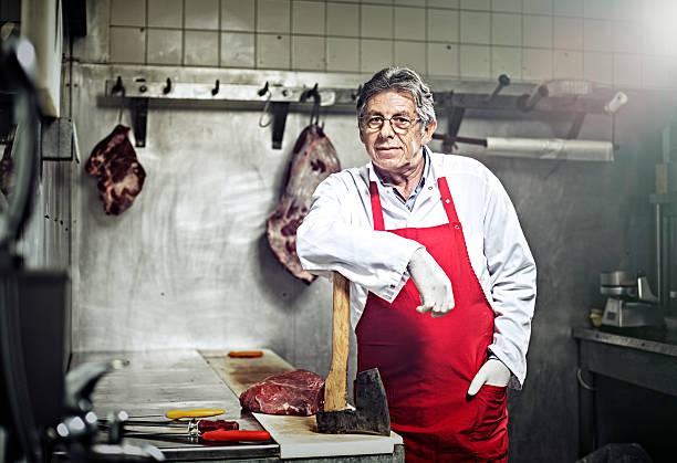 Un Portrait de boucher se tenant debout dans une boucherie - Photo