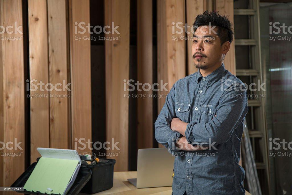 Portrait of a carpenter in a workshop圖像檔
