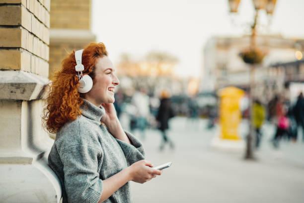 portret van een casusal jonge vrouw - podcast stockfoto's en -beelden