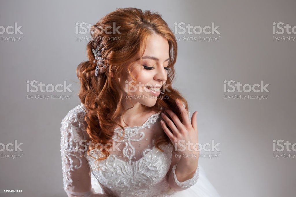 Portrait of a charming red-haired bride, Studio, close-up. Wedding hairstyle and makeup. - Zbiór zdjęć royalty-free (Ceremonia)