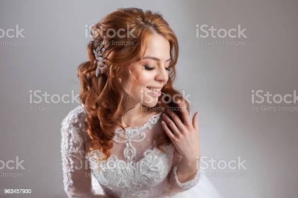 Portret Uroczej Rudowłosej Panny Młodej Studio Zbliżenie Fryzura Ślubna I Makijaż - zdjęcia stockowe i więcej obrazów Ceremonia