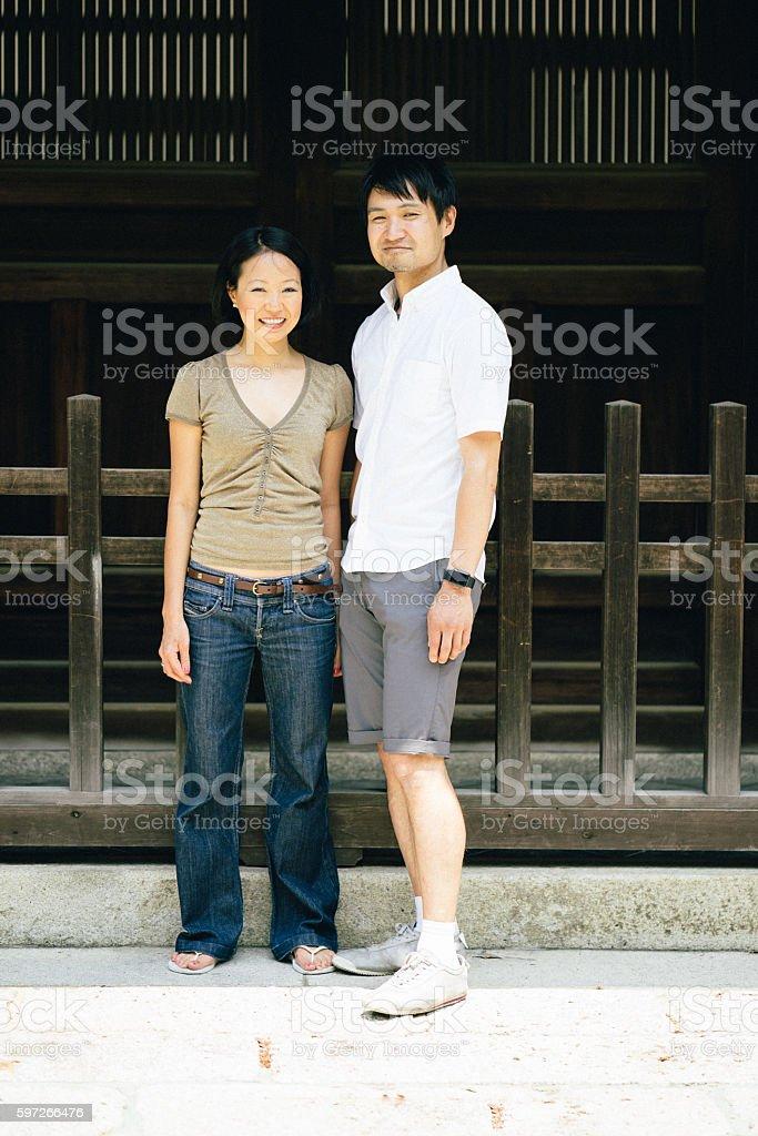 Portrait of a cheerful Japanese couple outdoors photo libre de droits