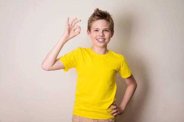 Porträt eines fröhlichen Kind in geschweiften Klammern zeigen Ordnung Geste. Gesundheit, Bildung und Menschen Konzept. – Foto