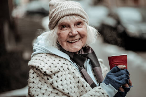 retrato de uma mulher de idade legal alegre - sem teto - fotografias e filmes do acervo