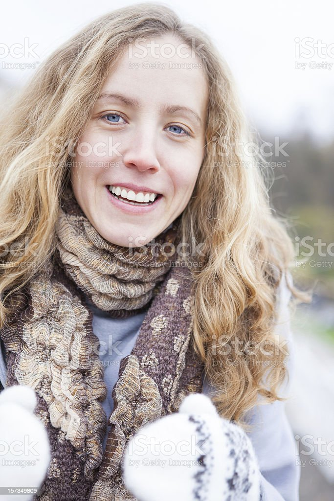 9667ee2f5d54 Ritratto di un allegro sorridente giovane ragazza in abbigliamento invernale  foto stock royalty-free