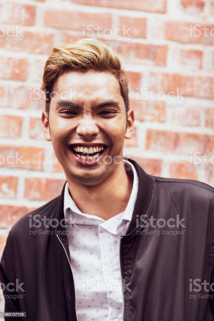 Porträtt av en glad ung asiatisk man - Royaltyfri 20-29 år Bildbanksbilder