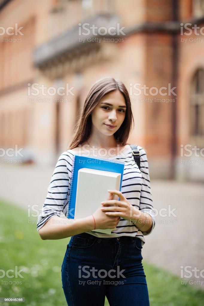 Retrato de um estudante universitário no campus ao ar livre - foto de acervo