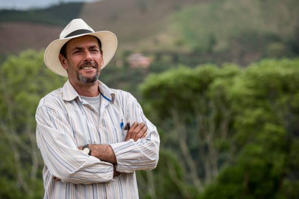 ritratto di un coltivatore di caffè colombiano - coffee farmer foto e immagini stock