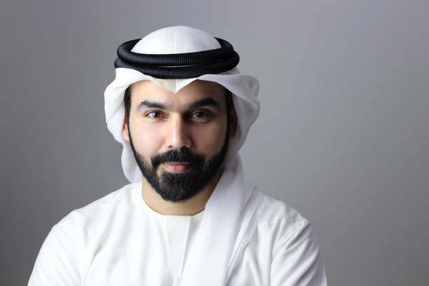 portrait of a confident arab businessman wearing uae emirati traditional dress - arab zdjęcia i obrazy z banku zdjęć