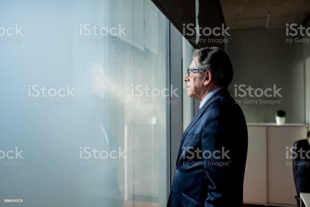 Porträt eines zuversichtlich Geschäftsmann schaut aus dem Fenster – Foto