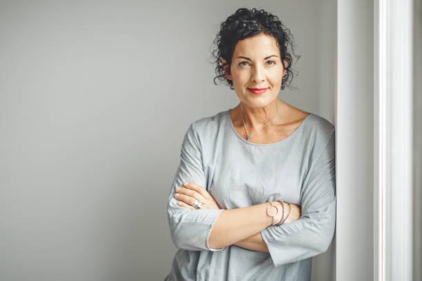portret van een vertrouwen zakenvrouw - mid volwassen vrouw stockfoto's en -beelden
