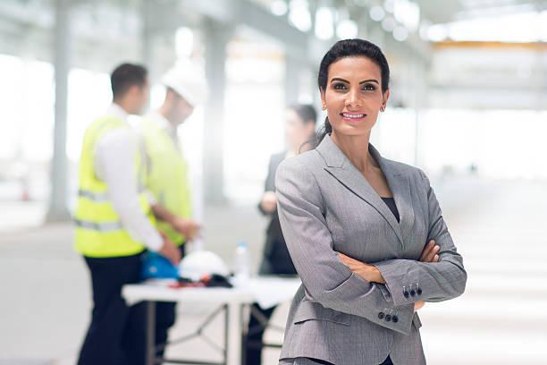 porträt eines zuversichtlich weibliche project manager - projektmanager stock-fotos und bilder