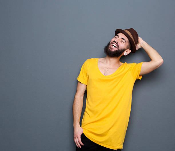 retrato de un hombre joven seguro con barba sonriendo - moda playera fotografías e imágenes de stock