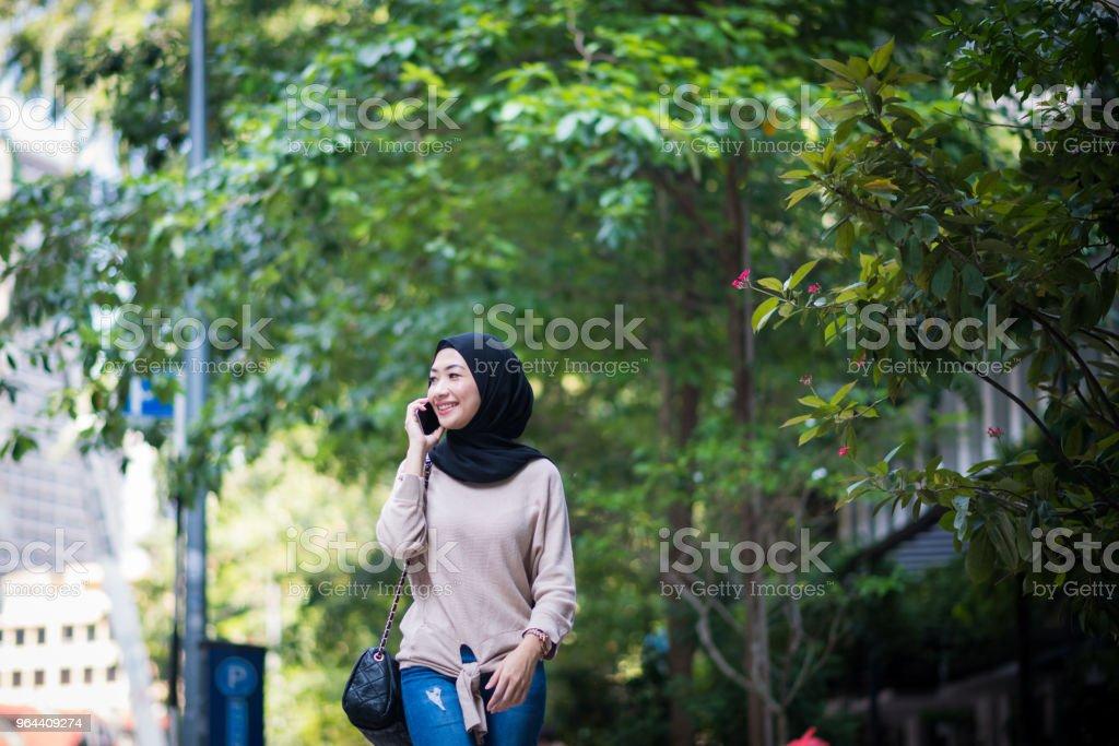Retrato de uma jovem muçulmana confiante - Foto de stock de 20 Anos royalty-free