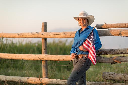 Porträt Eines Cowgirl Hält Eine Amerikanische Flagge Stockfoto und mehr Bilder von 20-24 Jahre