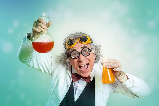 実験を行う狂気の科学者の肖像 - 1人のストックフォトや画像を多数ご用意