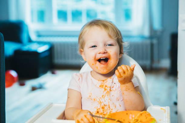 Porträt eines süßen Babys, das Spaghetti Pasta genießt – Foto