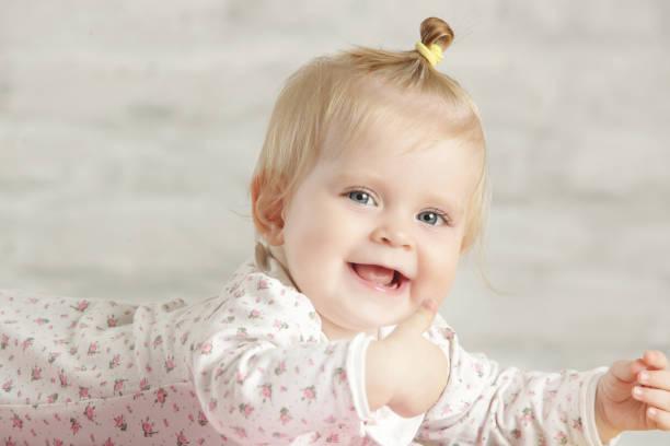 Porträt von einem niedlichen Babymädchen fröhlich lächelnd – Foto