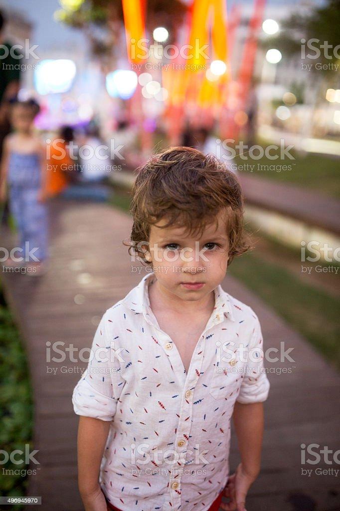 Porträt Von Eine Süße Junge Mit Modernen Frisur Im Freien Stock