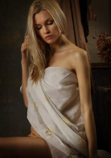 Retrato de una linda modelo de chica posando en el estudio del artista - foto de stock