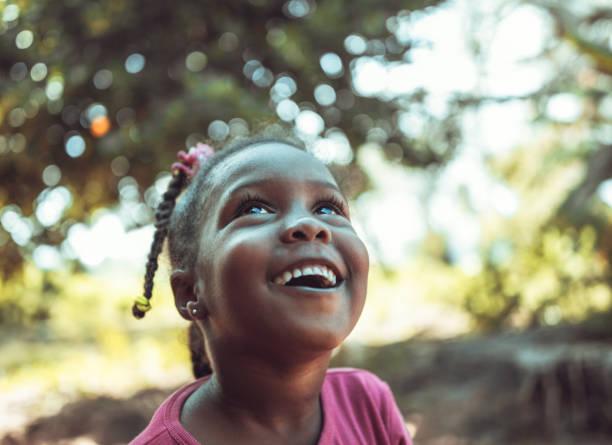 portrait of a cute little african girl - guardare in su foto e immagini stock