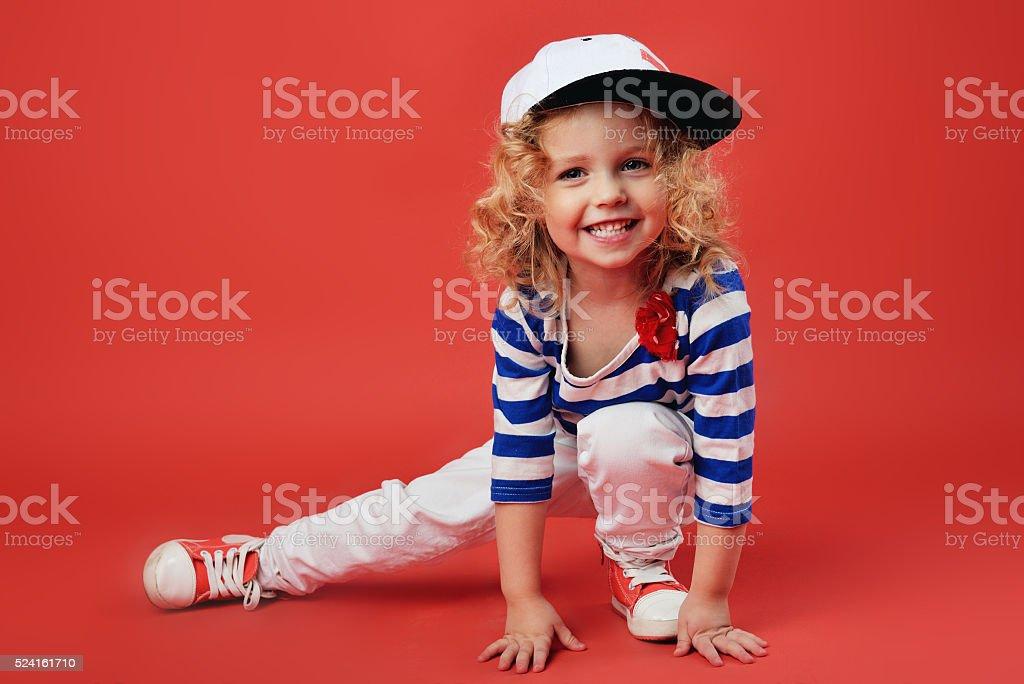 7b780ea7ad Portret a urocza mała dziewczynka w modne ubrania zbiór zdjęć royalty-free