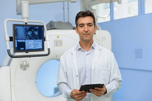 Portrait of a doctor front of a scanner – Foto