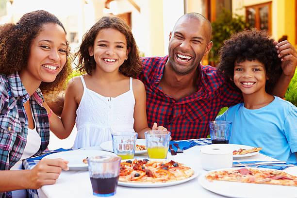 Portrait de famille manger repas au Restaurant en plein air - Photo