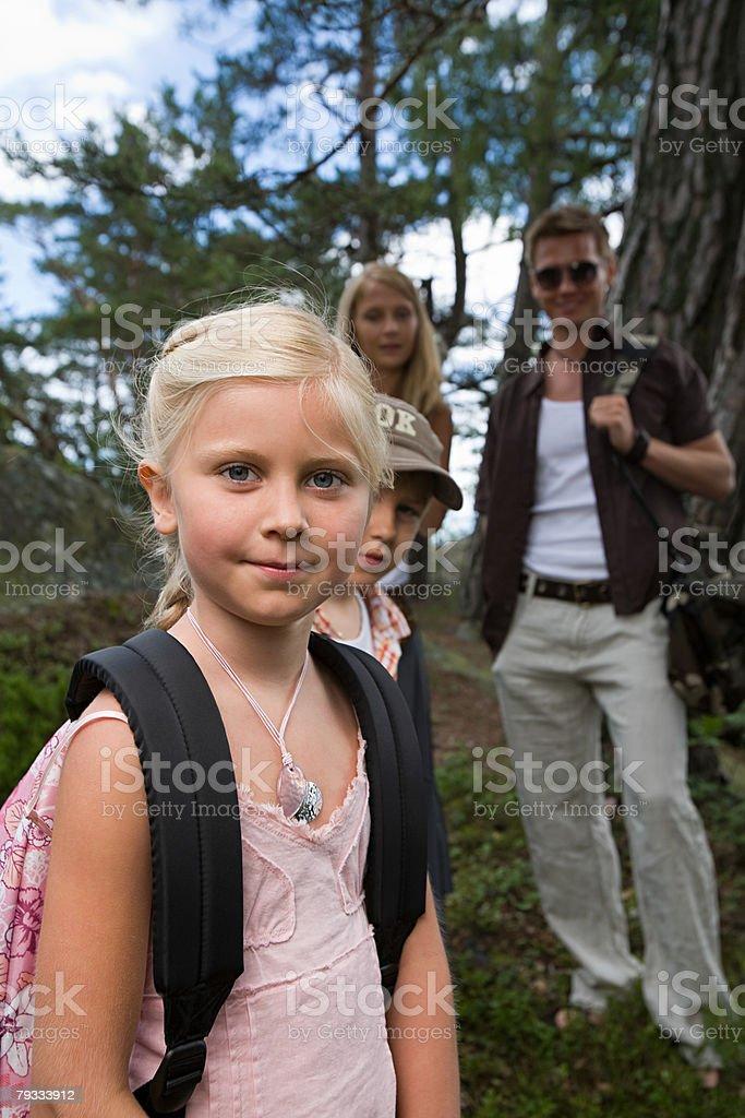 Retrato de uma família em uma floresta foto de stock royalty-free
