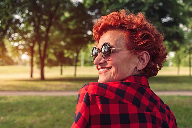 porträt von einem fünfzig jahre alte frau - altes damenhaar stock-fotos und bilder