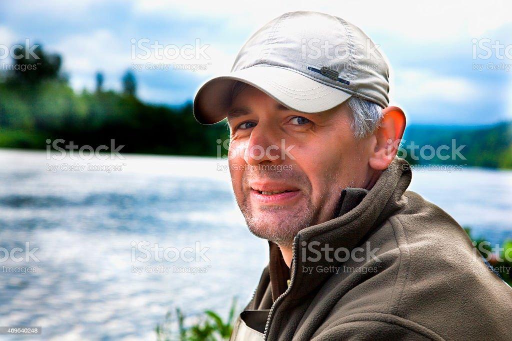 Porträt der Fischer auf einem Hintergrund des river – Foto