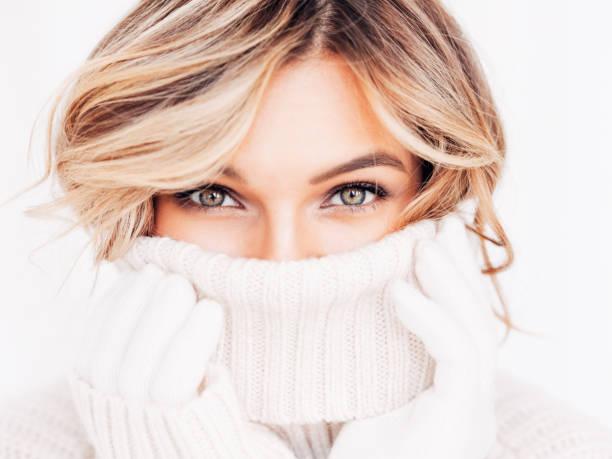 retrato de una mujer dulce y encantadora - moda de invierno fotografías e imágenes de stock