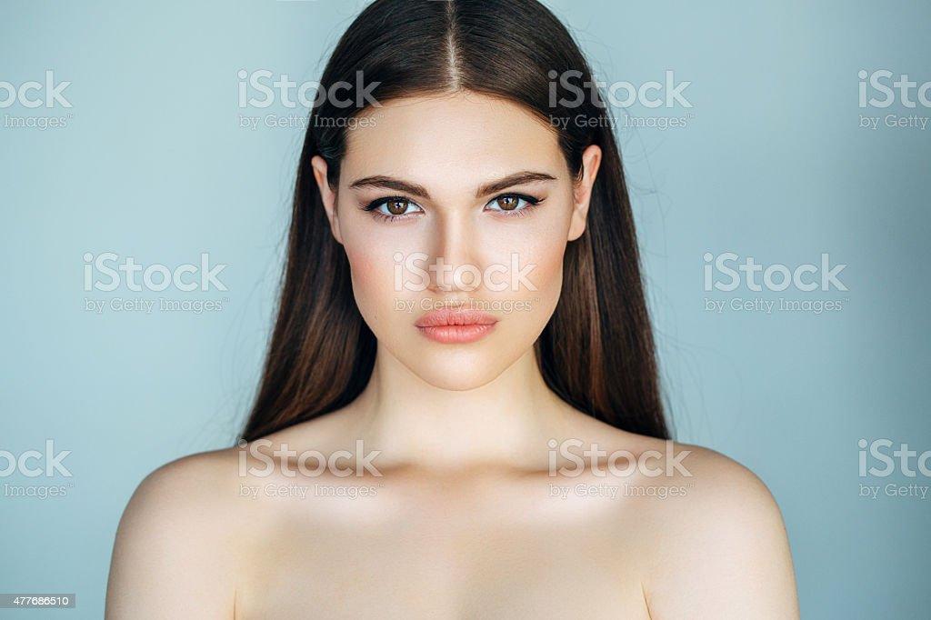 Retrato de fresca y hermosa mujer - foto de stock