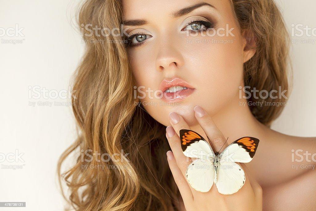 Retrato de uma mulher bonita com fresca e borboleta - foto de acervo
