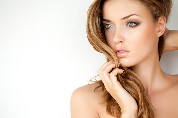 Porträt einer frischen und schönen Frau mit Make-up – Foto