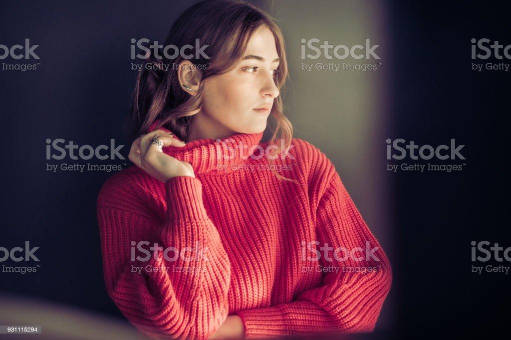 Kırmızı kazaklı bir kız portresi - Royalty-free 13 - 19 Yaş arası Stok görsel
