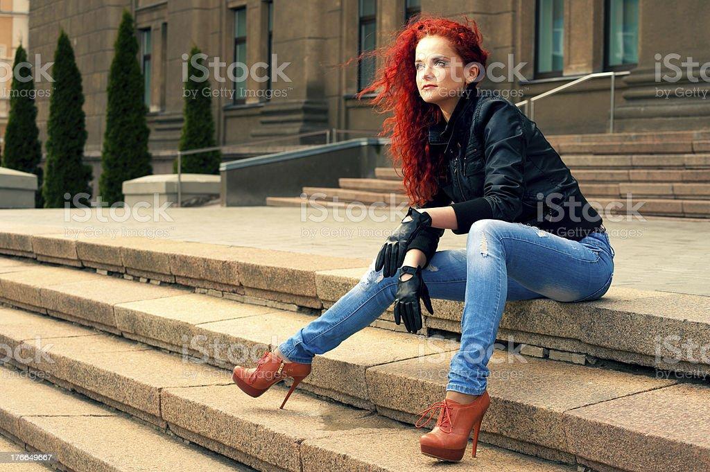 Retrato de una chica en el verano de la ciudad foto de stock libre de derechos