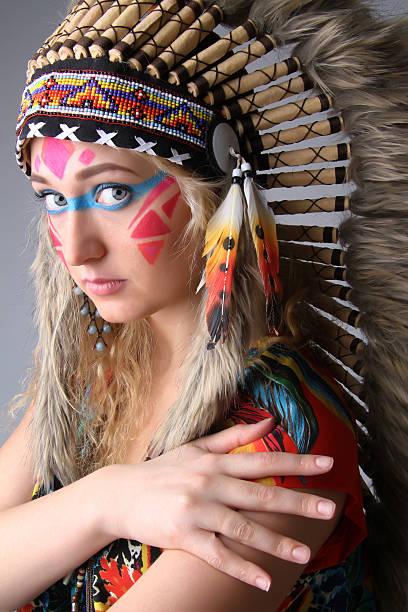 porträt von ein mädchen in das bild der amerikanischen ureinwohner - indianer make up stock-fotos und bilder