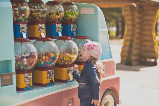 parkta bir yürüyüş bir kız portresi. - sakız şekerleme stok fotoğraflar ve resimler