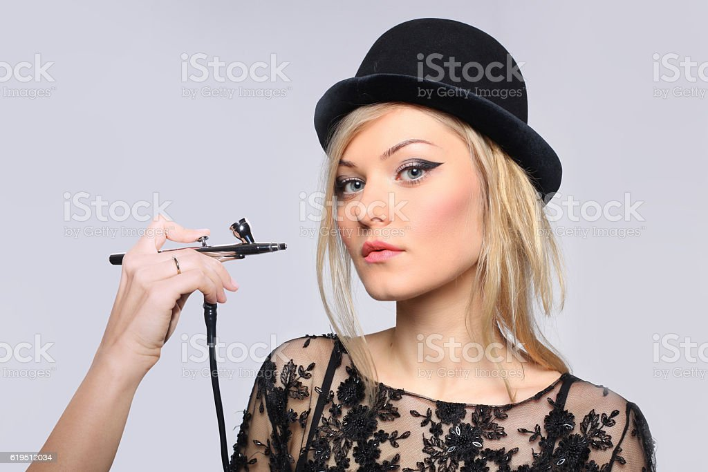 portrait of a girl model with hand airbrush. – Foto