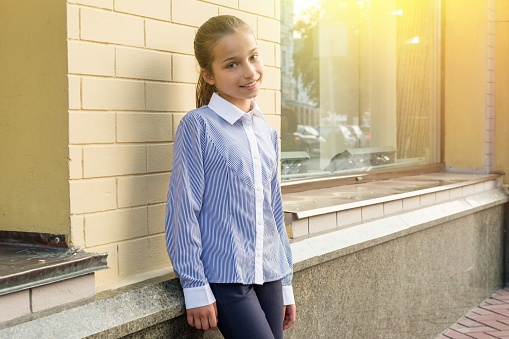 istock Portrait of a girl of 10-11 years old. 910818570