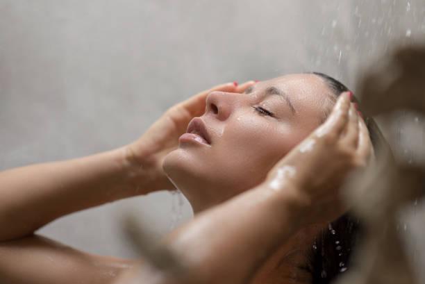 retrato de una chica tomando una ducha - mujer en la ducha fotografías e imágenes de stock
