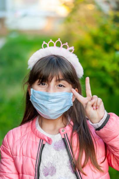 Porträt eines Mädchens mit einer Schutzmaske zur Natur – Foto