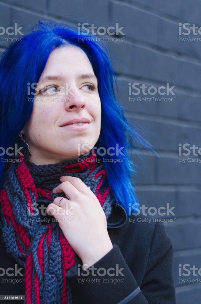Porträt Eines Mädchens Mit Blauen Haaren Auf Hintergrund Schwarz Urban Mauer Stockfoto Und Mehr Bilder Von Attraktive Frau