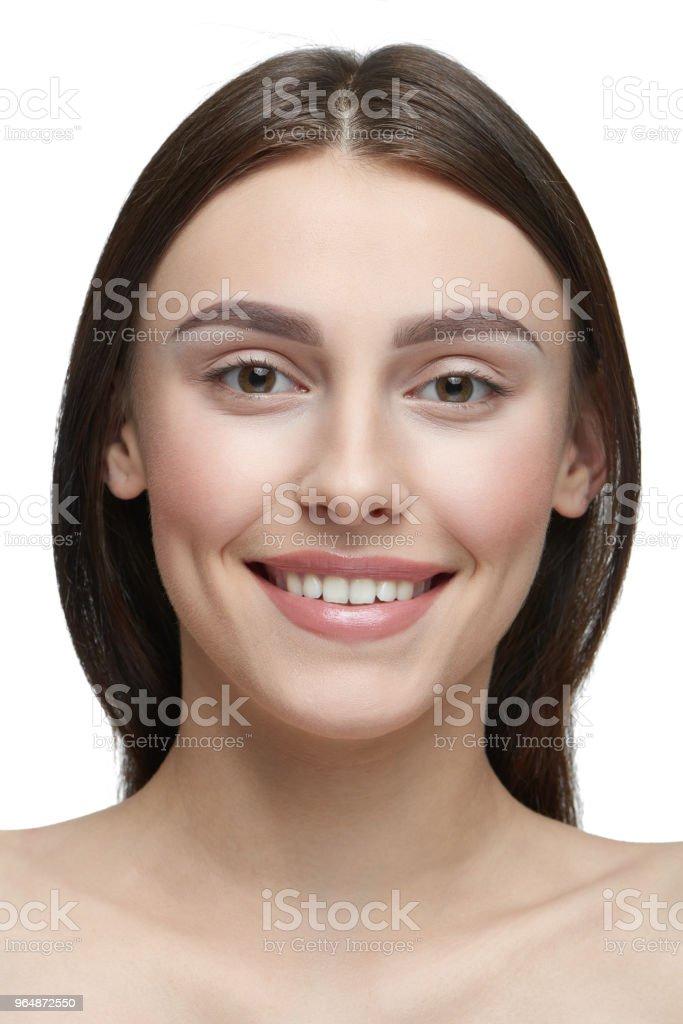 一個光天女孩的肖像化妝看相機。 - 免版稅事件圖庫照片
