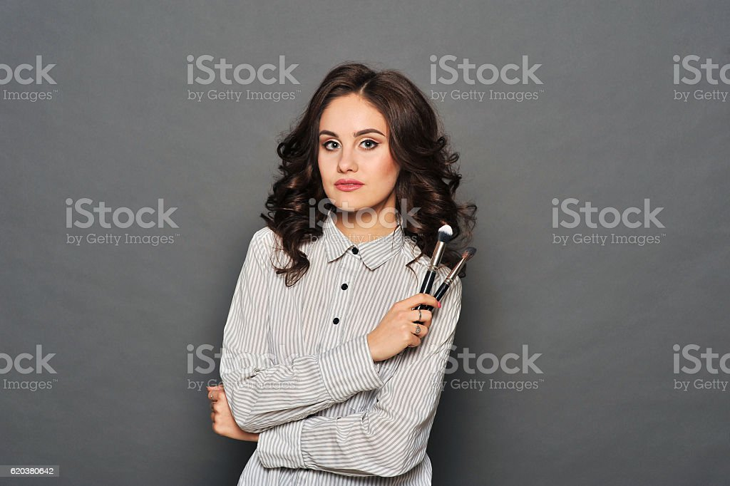 Portrait of a gorgeous young brunette with brush foto de stock royalty-free