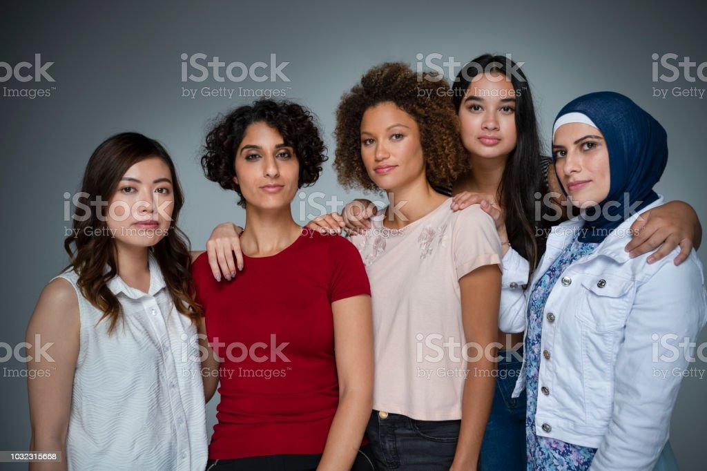 Porträt einer Gruppe von Frauen im Studio. – Foto