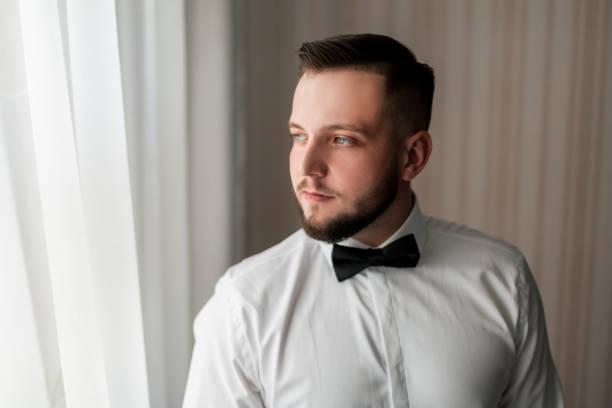 Porträt eines hübschen Mannes mit Fliege – Foto