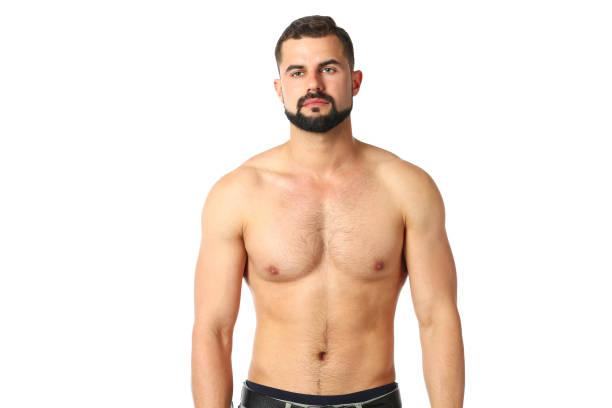 Porträt eines glücklichen athletischen Mannes mit muskulösem Oberkörper stehend – Foto